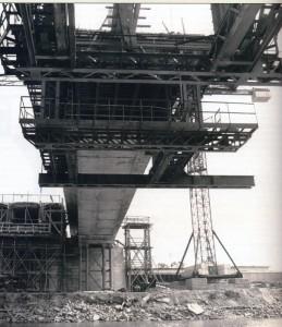 Az első szabadon betonozott hídfelső szerkezet építése Győrben